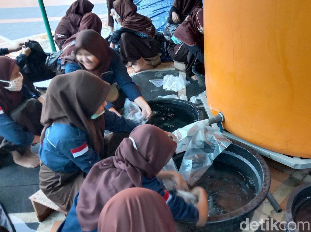 Rebo Wekasan Ditiadakan, Air Salamun Dibagikan ke Rumah Warga
