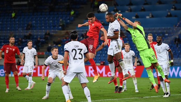 BASEL, SWITZERLAND - SEPTEMBER 06: Goalkeeper Bernd Leno and Jonathan Tah of Germany clear the ball ahead of Ruben Vargas of Switzerland during the UEFA Nations League group stage match between Switzerland and Germany at St. Jakob-Park on September 06, 2020 in Basel, Switzerland. (Photo by Matthias Hangst/Getty Images)