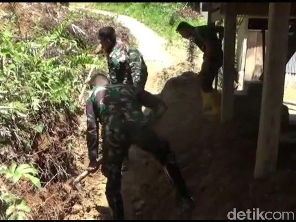 Personel TNI Bantu Bersihkan Longsor di Mamasa Sulbar