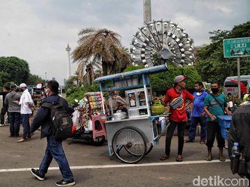Mereka yang Mencari Rezeki di Tengah Massa Aksi Tolak Omnibus Law