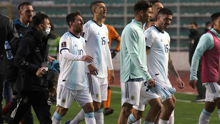MIRAFLORES, BOLIVIA - OCTOBER 13: Lionel Messi of Argentina and teammates leave the field after their victory over Bolivia as part of South American Qualifiers for Qatar 2022 at Estadio Hernando Siles on October 13, 2020 in Miraflores,La Paz, Bolivia. (Photo by Martin Alipaz-Pool/Getty Images)