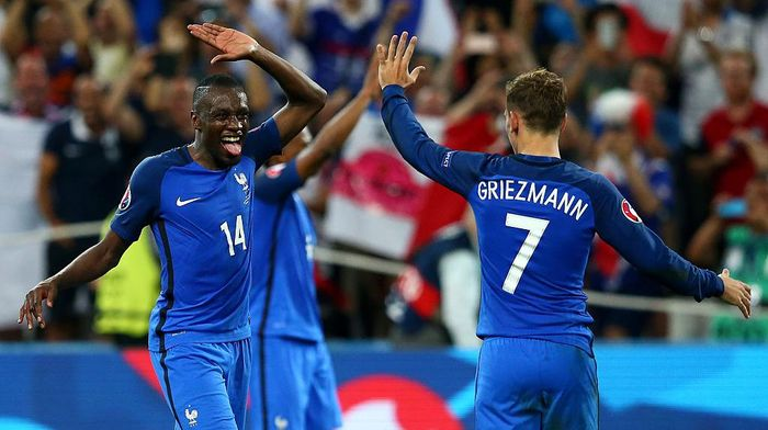 MARSEILLE, FRANCE - JULY 07:  Antoine Griezmann and Blaise Matuidi of France celebrate their teams 2-0 win after the UEFA EURO semi final match between Germany and France at Stade Velodrome on July 7, 2016 in Marseille, France.  (Photo by Alex Livesey/Getty Images)