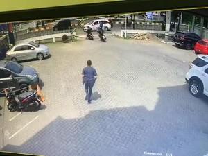 Aksi Maling Gasak Motor Sekuriti Bank Mega Karawang Terekam CCTV