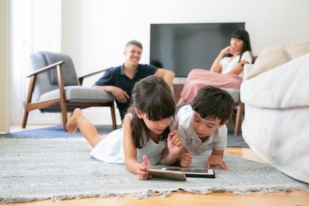 Sampai saat ini belum ada patokan umur yang bisa dijadikan acuan untuk orang tua agar bisa memperbolehkan anak dalam menggunakan media sosial.