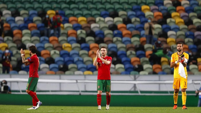 Portugals Diogo Jota, center, applauds after the international friendly soccer match between Portugal and Spain at the Jose Alvalade stadium in Lisbon, Wednesday, Oct. 7, 2020. (AP Photo/Armando Franca)