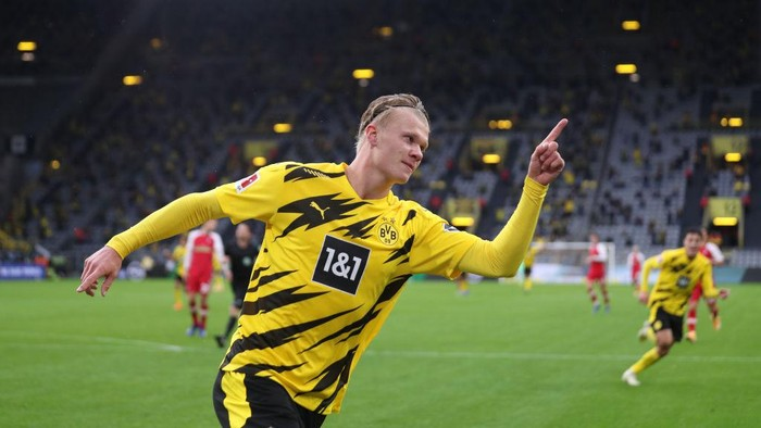 DORTMUND, GERMANY - OCTOBER 03: Erling Haaland of Borussia Dortmund celebrates after scoring his teams third goal during the Bundesliga match between Borussia Dortmund and Sport-Club Freiburg at Signal Iduna Park on October 03, 2020 in Dortmund, Germany. A limited number of fans have been allowed into the stadium as COVID-19 precautions ease in Germany. (Photo by Lars Baron/Getty Images)