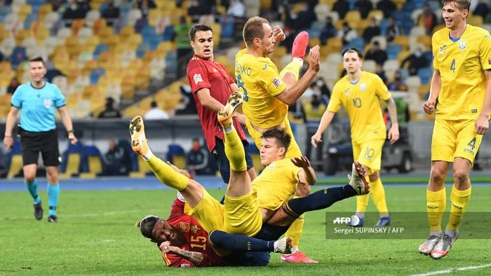 Footballers in action during the UEFA Nations League football match between Ukraine and Spain at the Olympiyskiy stadium in Kiev on October 13, 2020. (Photo by Sergei SUPINSKY / AFP)