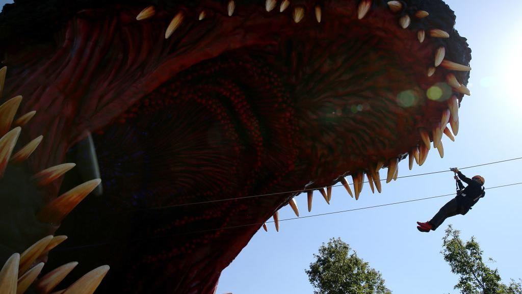 Sensasi Bermain di Replika Godzilla Terbesar di Dunia