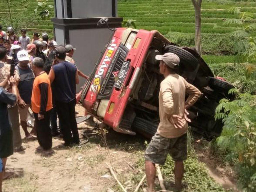 Minibus Rombongan Wisata Terguling di Karanganyar, 1 Tewas dan 12 Luka