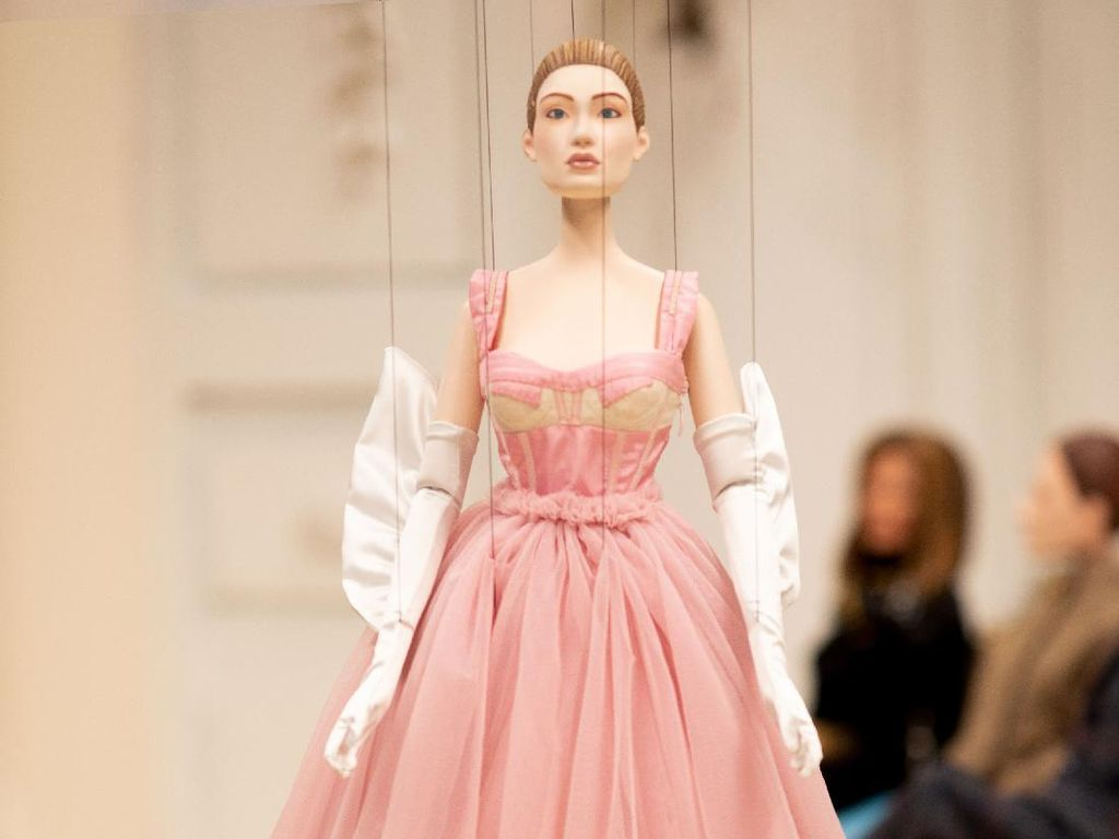 10 Koleksi Terbaru Moschino yang Diperagakan Boneka di Milan Fashion Week