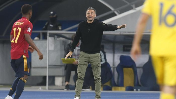Spain coach Luis Enrique gives instructions to his players during the UEFA Nations League soccer match between Ukraine and Spain at the Olimpiyskiy Stadium in Kyiv, Ukraine, Tuesday, Oct.13, 2020. (AP Photo/Efrem Lukatsky)