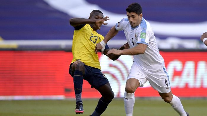QUITO, ECUADOR - OCTOBER 13: Luis Suarez of Uruguay fights for the ball with Moises Caicedo of Ecuador during a match between Ecuador and Uruguay as part of South American Qualifiers for Qatar 2022 at Rodrigo Paz Delgado Stadium on October 13, 2020 in Quito, Ecuador. (Photo by Rodrigo Buendia - Pool/Getty Images)