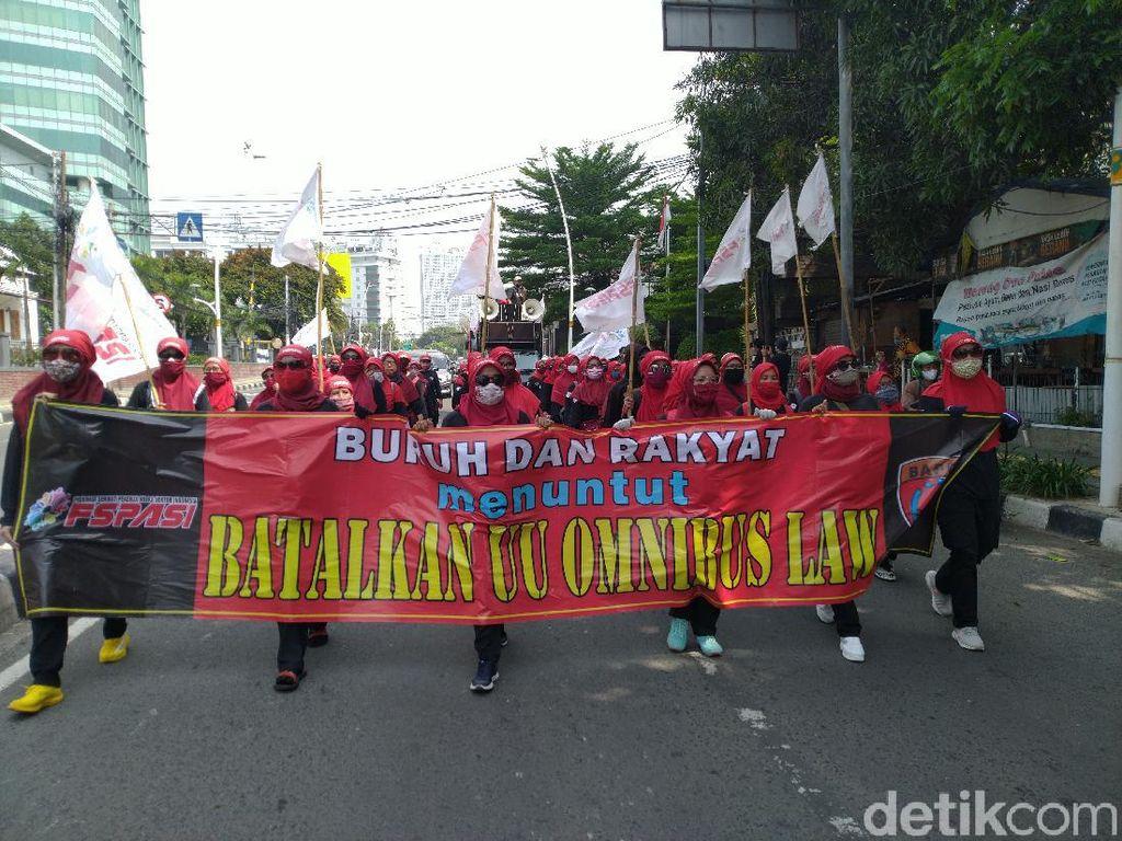 Massa Buruh Tolak Omnibus Law Long March ke Arah Patung Kuda, Lalin Tersendat