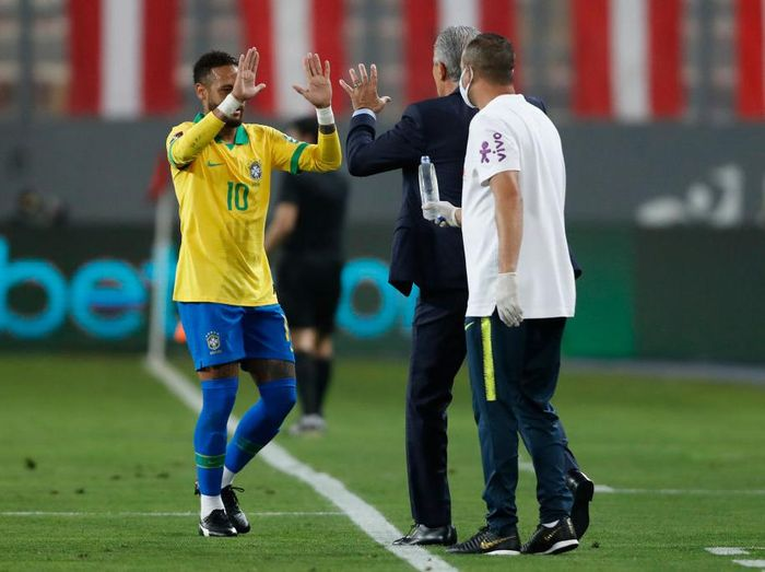 LIMA, PERU - OCTOBER 13: Neymar Jr. of Brazil greets Tite during a match between Peru and Brazil as part of South American Qualifiers for Qatar 2022 at Estadio Nacional de Lima on October 13, 2020 in Lima, Peru. (Photo by Paolo Aguilar-Pool/Getty Images)