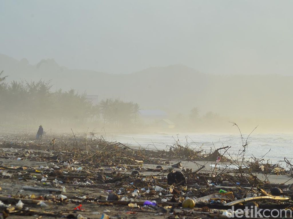 Keindahan Pantai Cikidang Pangandaran Ternodai Sampah