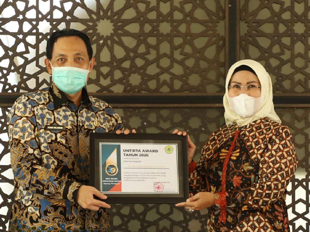 Dinilai Berkontribusi ke Pendidikan, Ratu Tatu Raih Penghargaan