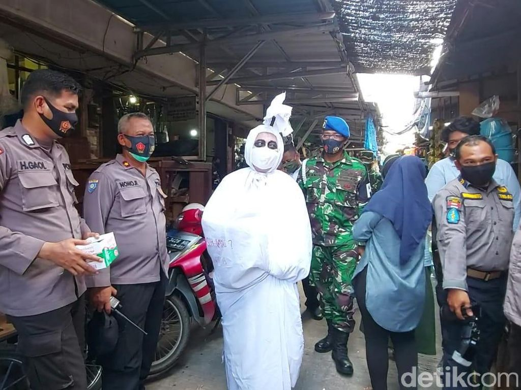 Pocong Bermasker Keliling Pasar di Samarinda, Ajak Warga Pakai Masker