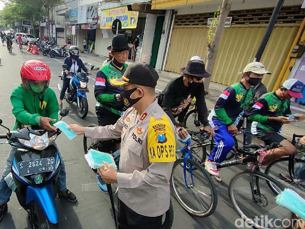 20 Ribu Masker Dibagi-bagikan ke Warga di Jalur Protokol Kota Kediri