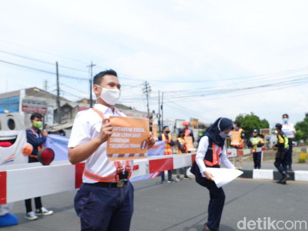 Cegah Kecelakaan di Perlintasan KA, Relawan Sosialisasi Turun ke Jalan