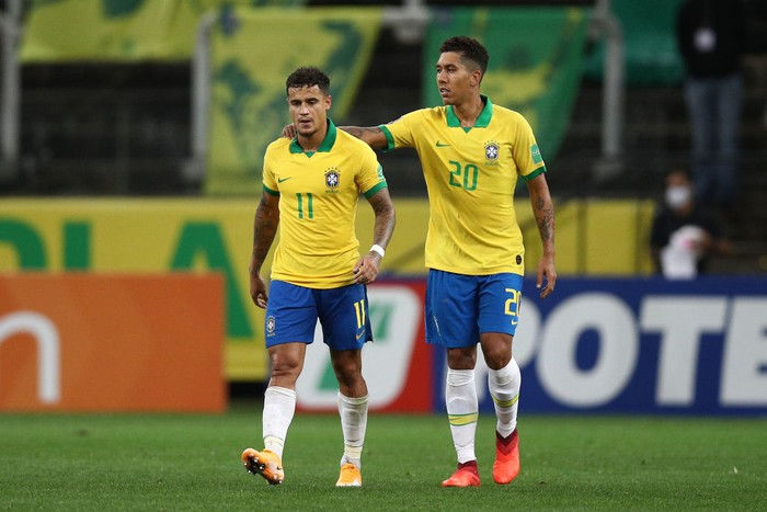 SAO PAULO, BRAZIL - OCTOBER 09: Philippe Coutinho of Brazil celebrates with Roberto Firmino after scoring the fifth goal during a match between Brazil and Bolivia as part of South American Qualifiers for Qatar 2022 at Neo Quimica Arena on October 09, 2020 in Sao Paulo, Brazil. (Photo by Buda Mendes/Getty Images)