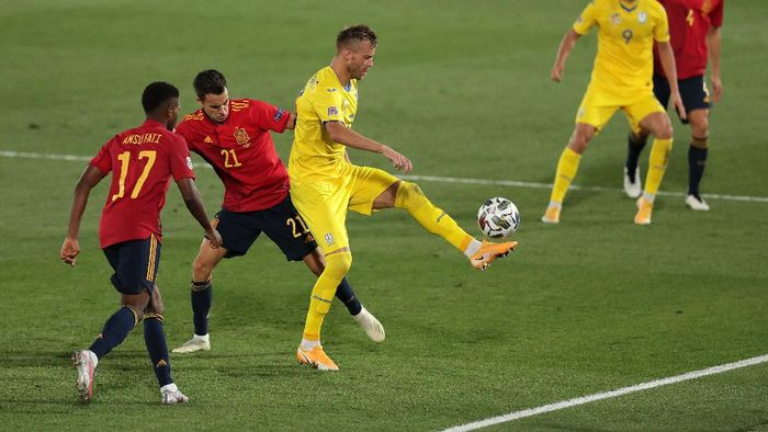 MADRID, SPAIN - SEPTEMBER 06: Andriy Yarmolenko of Ukraine battles for possession with Sergio Reguilon of Spain during the UEFA Nations League group stage match between Spain and Ukraine at Estadio Alfredo Di Stefano on September 06, 2020 in Madrid, Spain. (Photo by Gonzalo Arroyo Moreno/Getty Images)