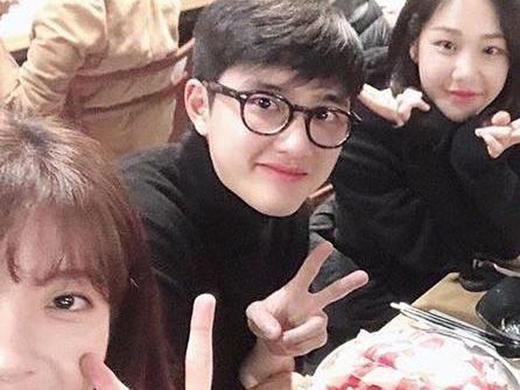 Tampannya Kyung-soo Saat Makan Ayam Goreng Pedas dan Roti Manis
