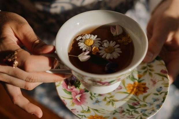 kebiasaan minum teh herbal sebelum tidur bisa bikin langsing