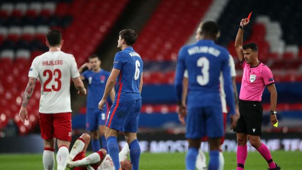 LONDON, ENGLAND - OCTOBER 14: Harry Maguire of England is shown the red card by match referee Jesus Gil Manzano after getting a second yellow card during the UEFA Nations League group stage match between England and Denmark at Wembley Stadium on October 14, 2020 in London, England. Football Stadiums around Europe remain empty due to the Coronavirus Pandemic as Government social distancing laws prohibit fans inside venues resulting in fixtures being played behind closed doors. (Photo by Nick Potts - Pool/Getty Images)