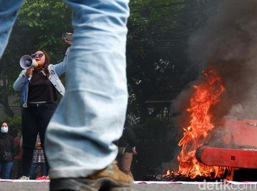 Aksi Bakar-bakaran Warnai Demo Tolak Omnibus Law di Bandung