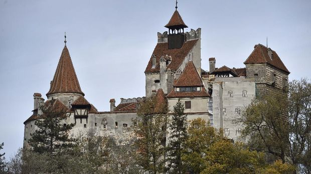 An exterior view of the Bran Castle is pictured in Bran, Romania on October 18, 2016. - Armed with courage and hopefully garlic, two horror fans dying for a thrill will become the first people in almost 70 years to spend the night at Dracula's castle in Transylvannia this Halloween. (Photo by DANIEL MIHAILESCU / AFP) / TO GO WITH AFP STORY BY Anca Teodorescu