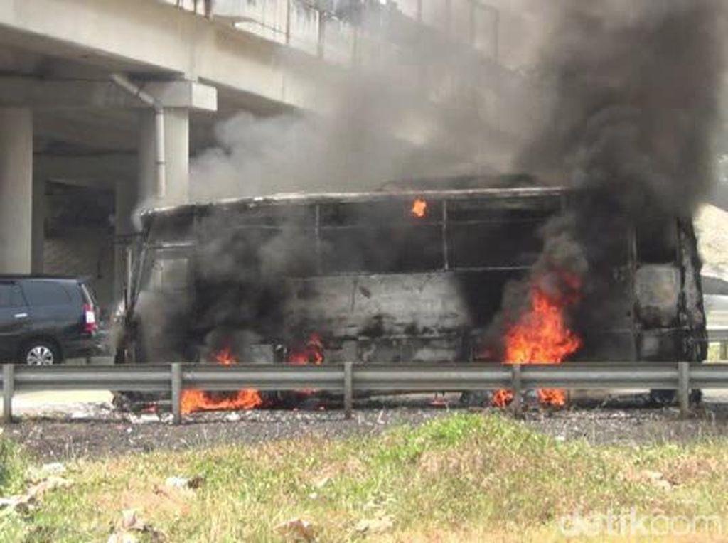 Bus Terbakar di Tol Cipali, 10 Penumpang Dievakuasi
