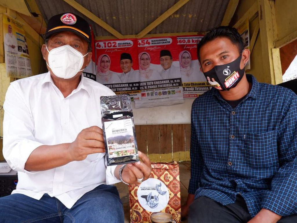 Calon Wakil Bupati Serang Pandji Blusukan & Coba Kopi UMKM