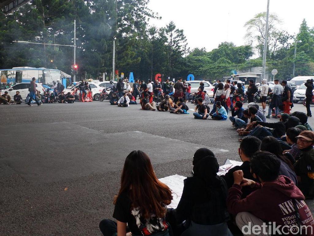 Dari Dewan Bergerak ke Cikapayang Dago, Massa Aksi Blokade Jalan