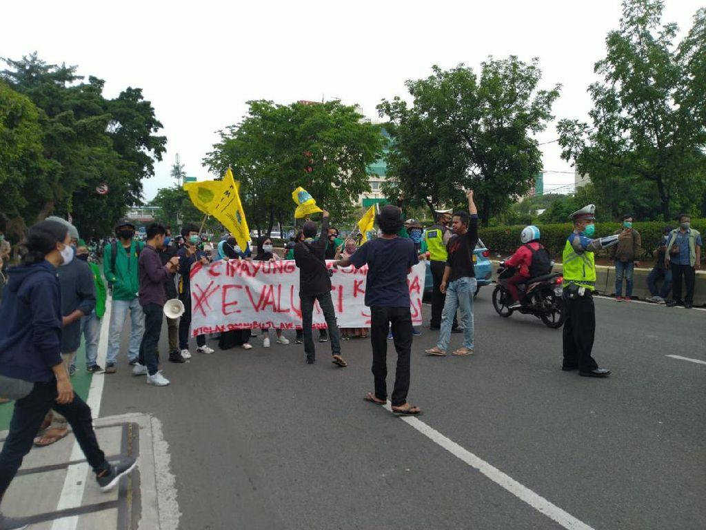 Video Tolak Omnibus Law, Mahasiswa Demo di Lampu Merah Rawamangun