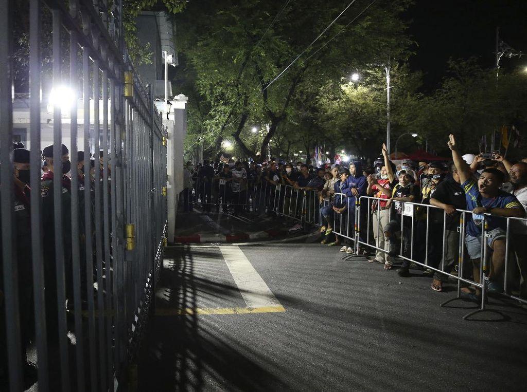 Abaikan Dekrit Darurat, Ratusan Demonstran Berkumpul di Bangkok