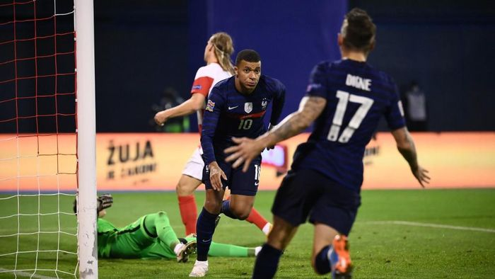 Frances forward Kylian Mbappe (C) celebrates after scoring a goal during the UEFA Nations League Group A3 football match between Croatia and France at the Maksimir Stadium in Zagreb on October 14, 2020. (Photo by FRANCK FIFE / AFP)