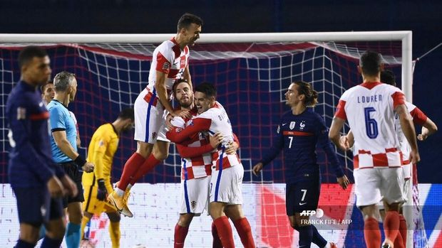 Croatia's midfielder Nikola Vlasic (C) celebrates with teammates after scoring a goal  during the UEFA Nations League Group A3 football match between Croatia and France at the Maksimir Stadium in Zagreb on October 14, 2020. (Photo by FRANCK FIFE / AFP)