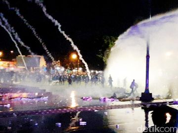 Gas Air Mata-Water Cannon Bubarkan Demo Omnibus Law di Banyumas