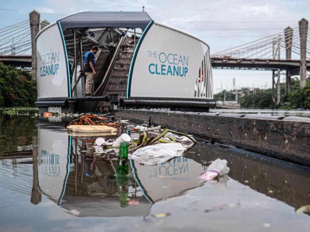 Potret Interceptors, Kapal Pemungut Sampah di Sungai Jakarta