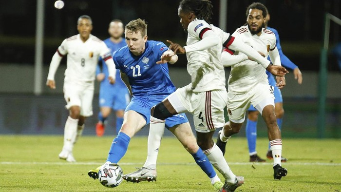 Icelands Jon Dadi Bodvarsson, left, challenges Belgiums Dedryck Boyata, right, during the UEFA Nations League soccer match between Iceland and Belgium at the Laugardalsvollur stadium in Reykjavik, Iceland, Wednesday, Oct. 14, 2020. (AP Photo/Brynjar Gunnarsson)