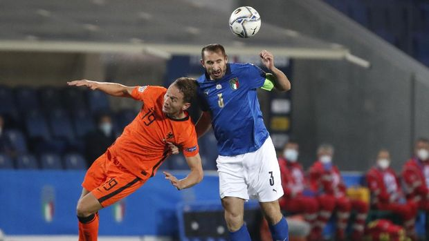 Netherlands' Luuk De Jong, left, and Italy's Giorgio Chiellini battle for the ball during the UEFA Nations League soccer match between Italy and the Netherlands at Azzurri d'Italia stadium in Bergamo, Italy, Wednesday, Oct. 14, 2020. (AP Photo/Antonio Calanni)