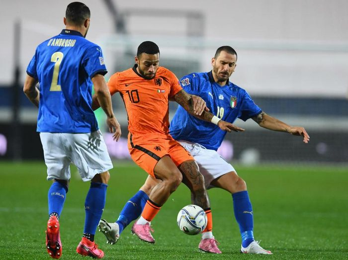 BERGAMO, ITALY - OCTOBER 14:  Leonardo Bonucci of Italy competes for the ball with Memphis Depay of Netherlands during the UEFA Nations League group stage match between Italy and Netherlands at Stadio Atleti Azzurri dItalia on October 14, 2020 in Bergamo, Italy.  (Photo by Claudio Villa/Getty Images)
