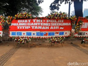 Ada Karangan Bunga Titip Tanah Air untuk TNI-Polri di Sekitar Patung Kuda
