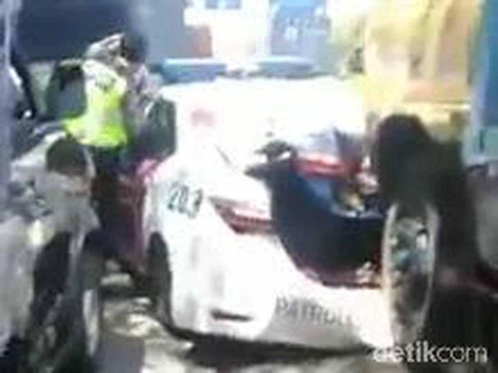 Beredar Video Mobil PJR Tol Jatim II Ringsek Tertabrak Truk