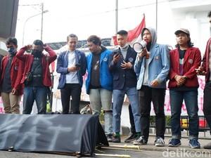 Tolak Omnibus Law, Mahasiswa Bawa Keranda Hitam ke Gedung DPRD Jabar