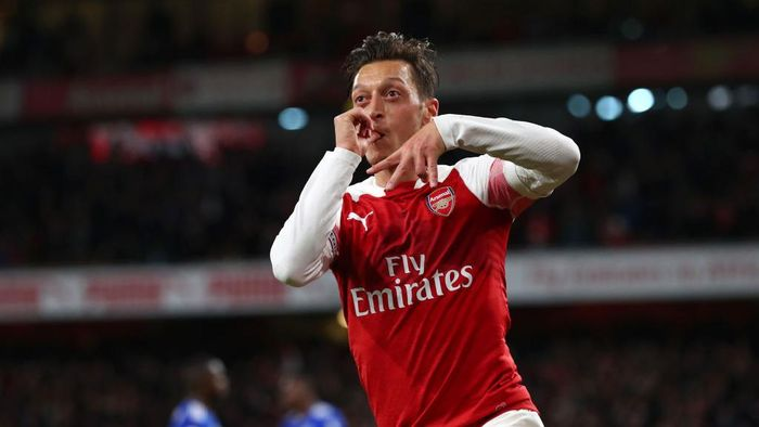 LONDON, ENGLAND - OCTOBER 22: Mesut Ozil of Arsenal celebrates after he scores his sides first goal during the Premier League match between Arsenal FC and Leicester City at Emirates Stadium ></span></p> <p><span style=