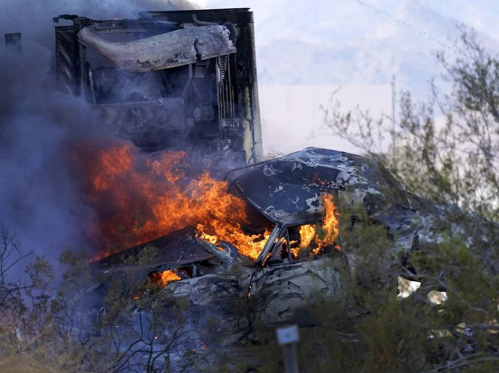 Momen Tabrakan Beruntun yang Hanguskan Mobil di Arizona