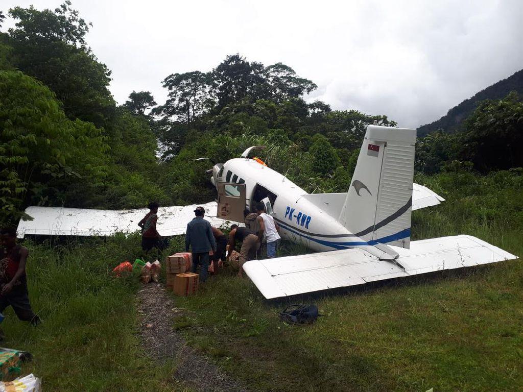 Pesawat Tariku Tergelincir Saat Mendarat di Paniai, Tabrak Semak-semak