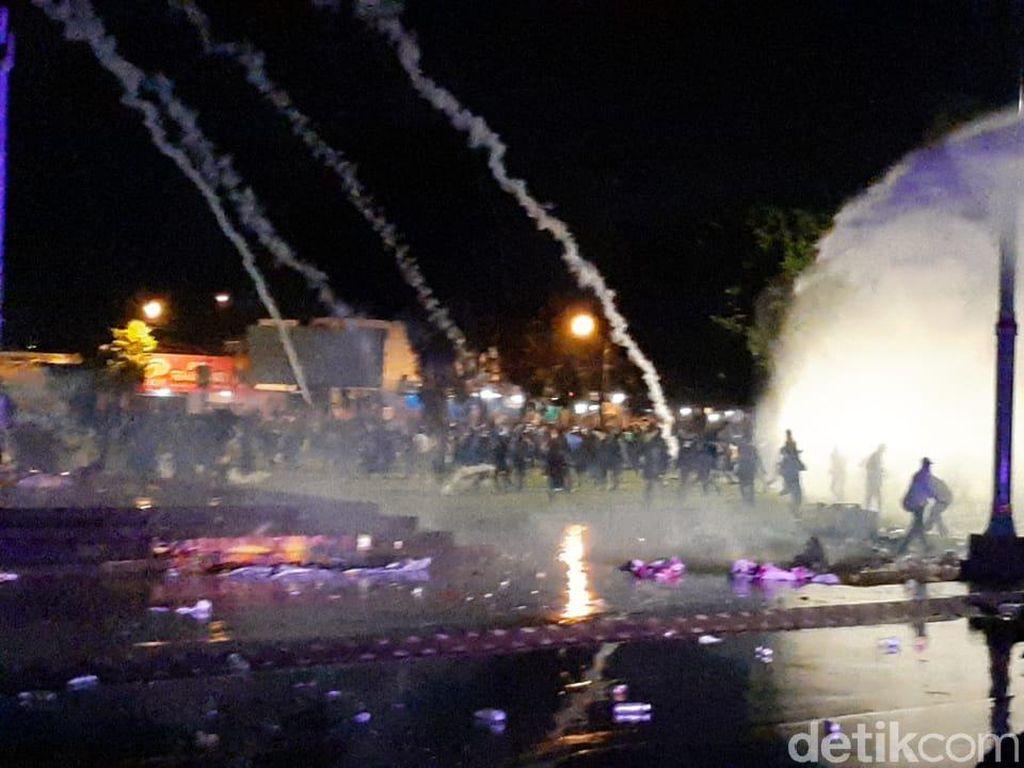 Bubarkan Demo Omnibus Law di Banyumas, Polisi Tembakkan Gas Air Mata