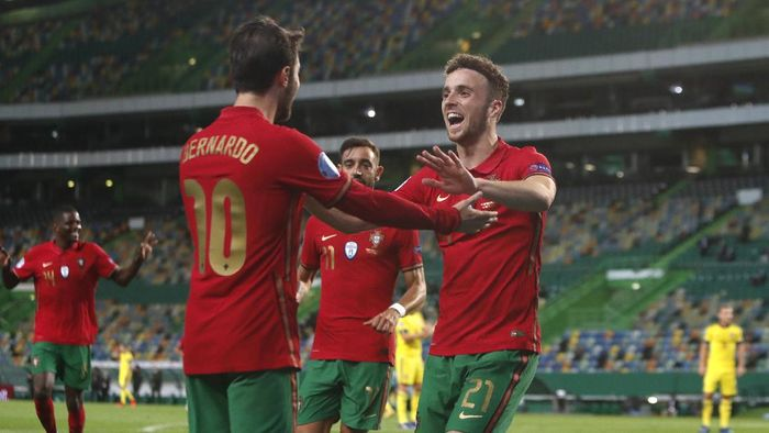 Portugals Bernardo Silva,left, celebrates with teammate Portugals Diogo Jota after scoring the opening goal during the UEFA Nations League soccer match between Portugal and Sweden at the Jose Alvalade stadium in Lisbon, Portugal, Wednesday, Oct. 14, 2020. (AP Photo/Armando Franca)